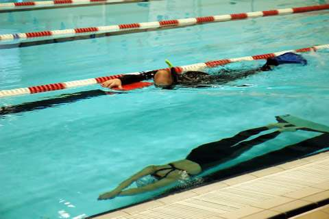 Sikkerheds dykker med snorkel ved dynamisk dyk med monofinne
